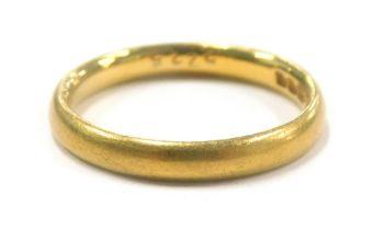 A 22ct gold wedding band, 3.7g.