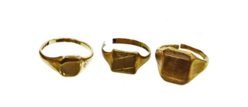 Three 9ct gold signet rings, to include one complete ring, Birmingham circa 1915, and two 9ct gold c