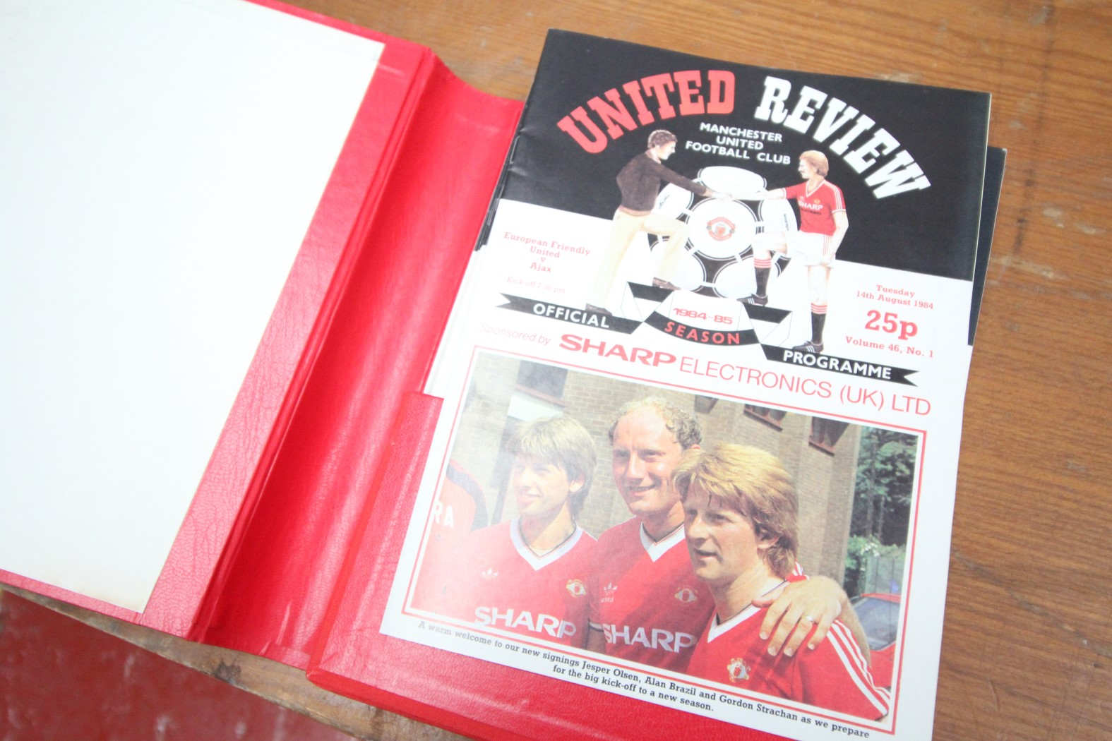 RED BINDER OF MANCHESTER UNITED PROGRAMS 1994 / 95, APPROXIMATELY 25X PLUS PROGRAMS - Image 2 of 2