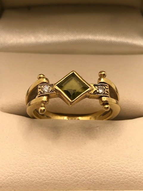 18ct Gold peridot and diamond ring approx 4.5g size 'M'