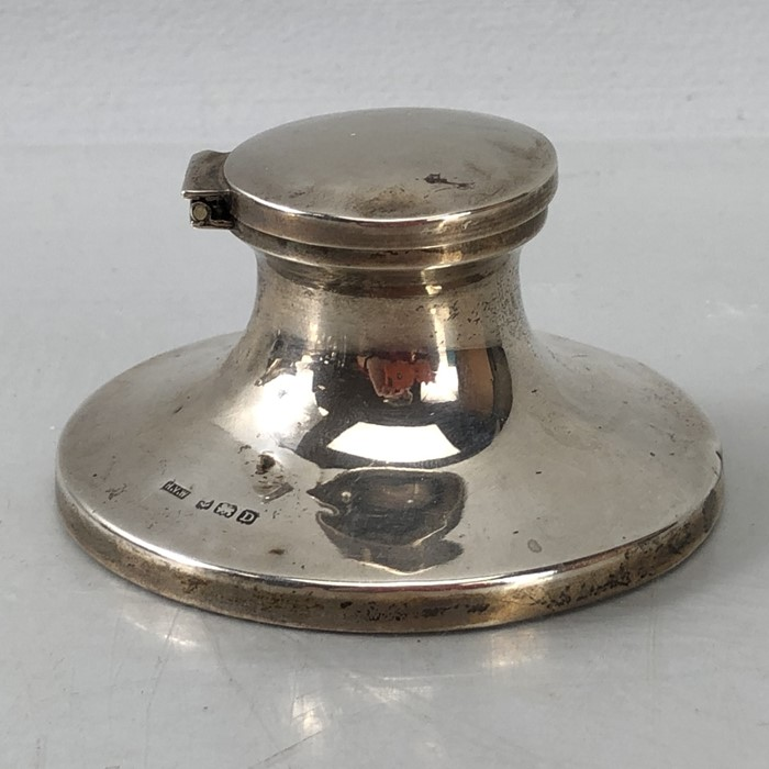 Silver Hallmarked Birmingham inkwell complete with undamaged glass liner, maker H.V.W - Image 2 of 9