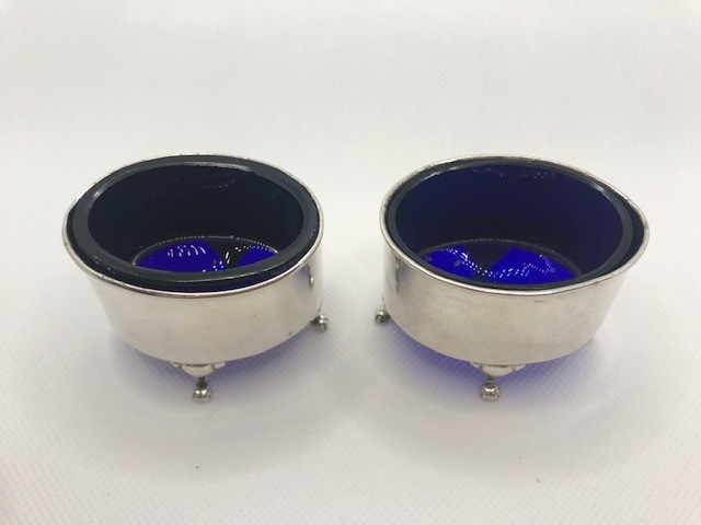 Pair of Oval Silver hallmarked salts each on three scroll feet with Blue glass liners - Image 2 of 9