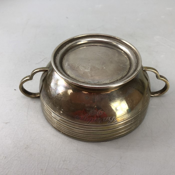 "Silver London hallmarked twin handled bowl approx 172.5g by Edward Barnard & Sons Ltd engraved "" - Image 5 of 7"