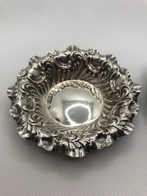 Pair of Victorian Sheffield Hallmarked Silver pin dishes approx 41.6g with repoussé decoration 1895 - Image 3 of 7