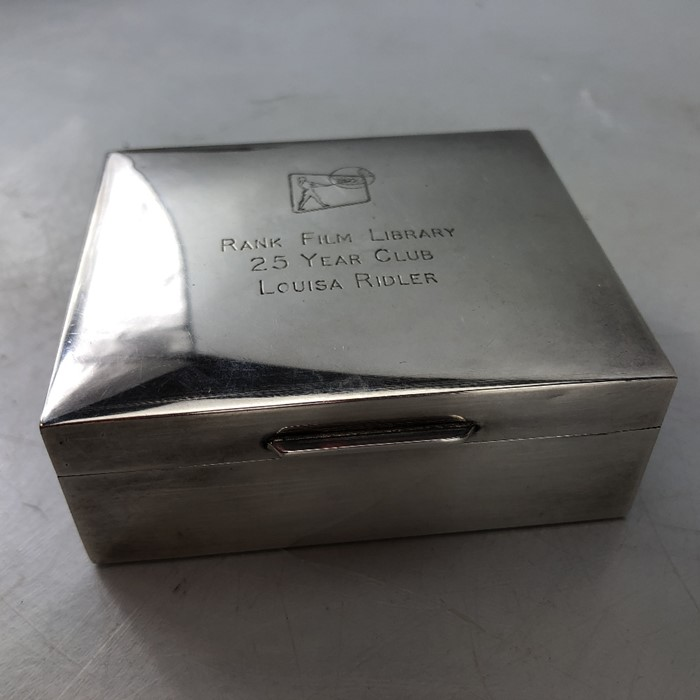 """Silver hallmarked cigarette box engraved to lid """"Rank Film Library"""" 9 x 8 3.5cm by Garrard & Co - Image 2 of 6"""