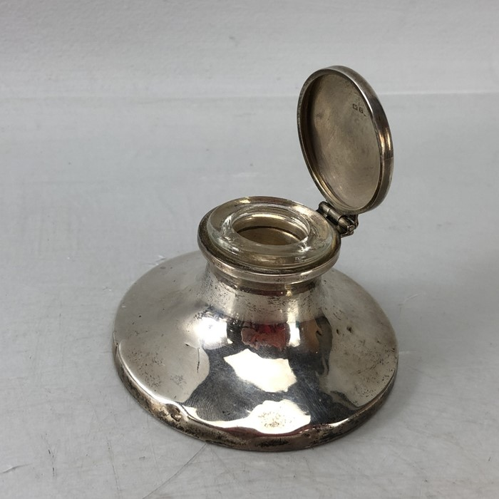 Silver Hallmarked Birmingham inkwell complete with undamaged glass liner, maker H.V.W - Image 4 of 9