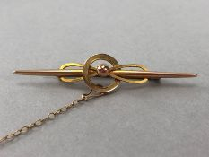 9ct Gold Brooch with 'C' clip and safety chain approx 5cm in length and 2.1g