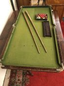 Vintage table top pool table with balls, triangle, two cues and scoreboard (A/F)