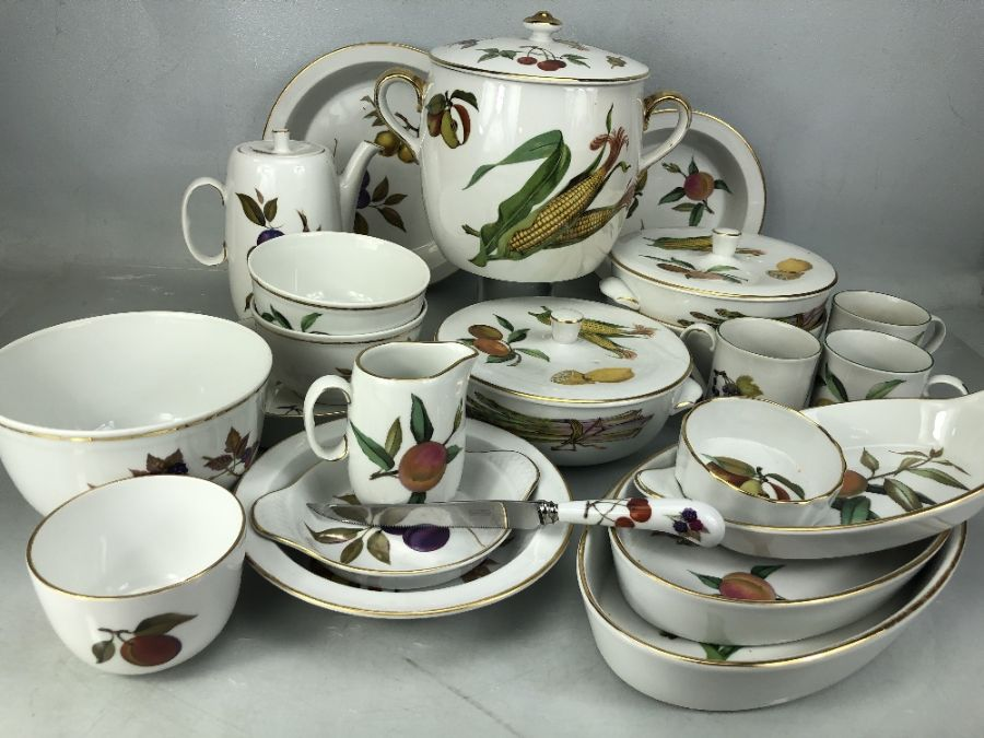 Collection of Royal Worcester Evesham pattern dinner ware to include serving dishes, serving