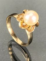 14ct diasy style ring set with a large Pearl