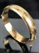 9ct Gold bangle with safety chain with leaf design (approx 21.3g)
