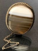 Agate Brooch on silver coloured mount with pin and safety chain approx 30mm