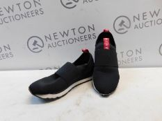 1 PAIR OF DKNY WOMENS JAYLA-SLIP ON BLACK AND RED TRAINERS UK SIZE 5.5 RRP £89.99