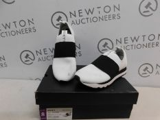 1 BOXED PAIR OF DKNY WOMENS JAYLA-SLIP ON TRAINERS UK SIZE 5.5 RRP £89.99