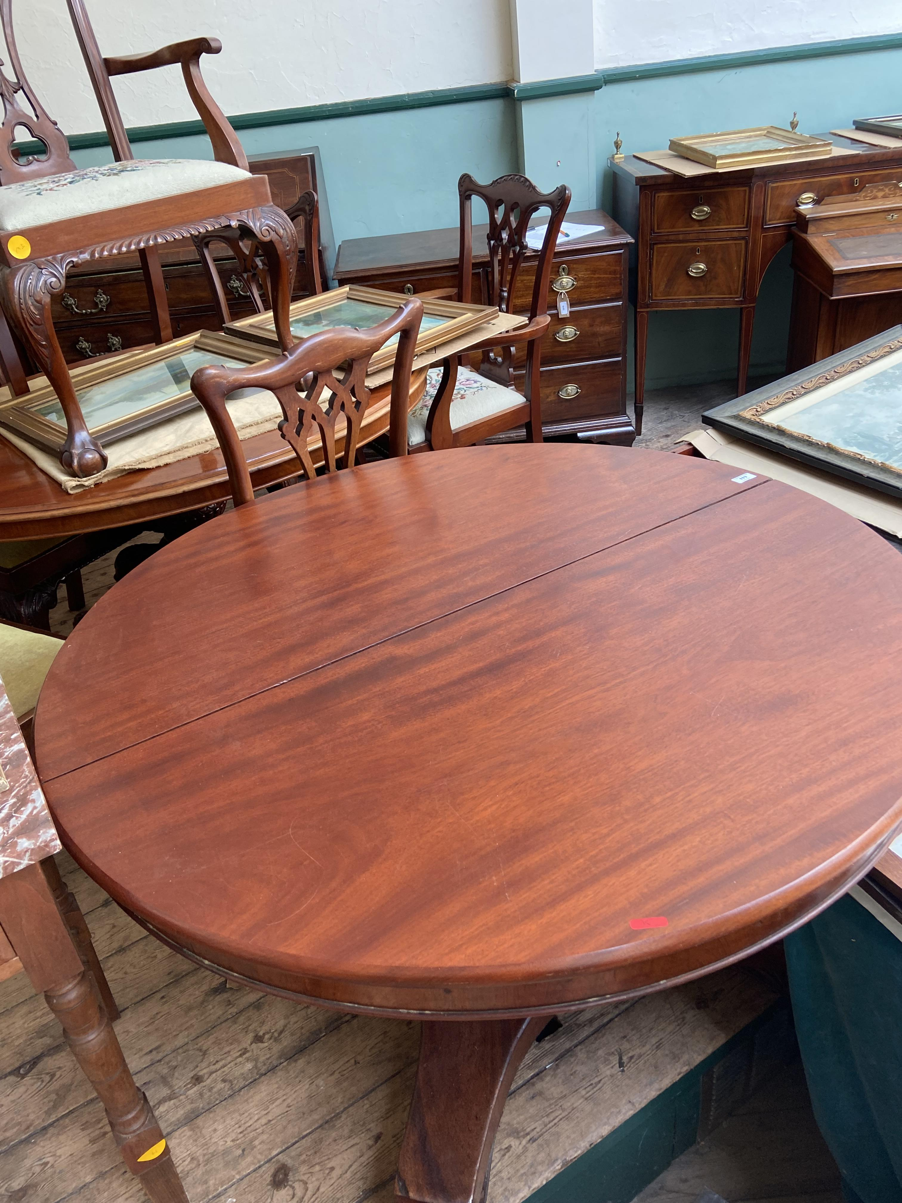 Circular topped dining table on 3 splayed claw feet offered with 3 spare leaves - Image 2 of 2