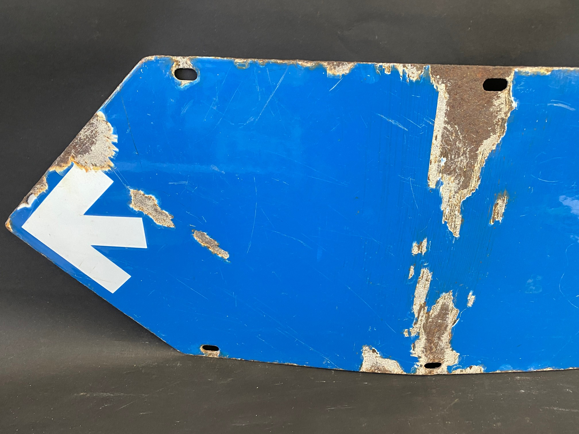 """An RAC blue and white double sided directional arrow sign by Bruton, 353/4 x 12"""". - Image 3 of 4"""