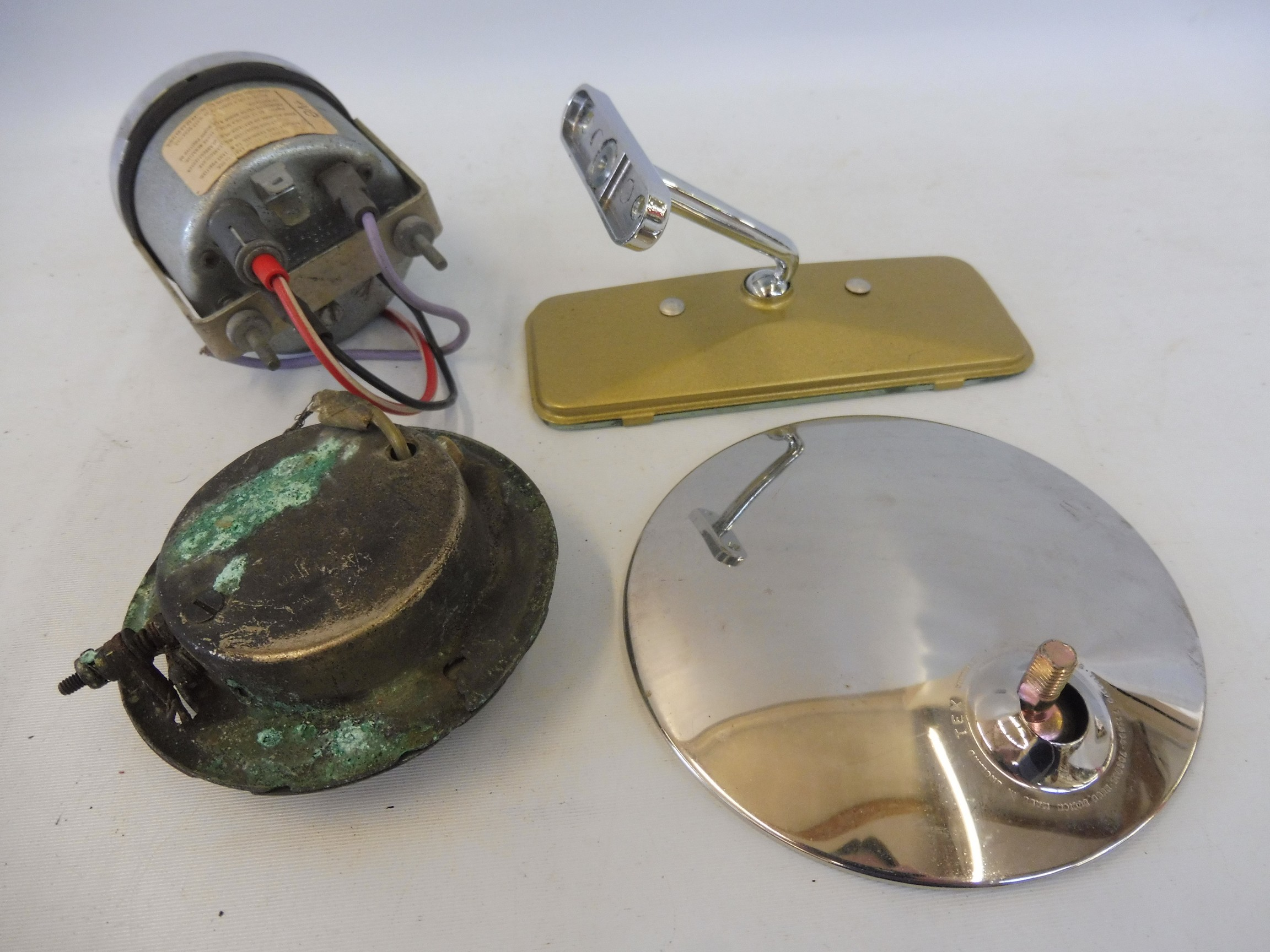 An autojumblers lot of items to include a Smiths car clock, a limousine interior light etc. - Image 3 of 4