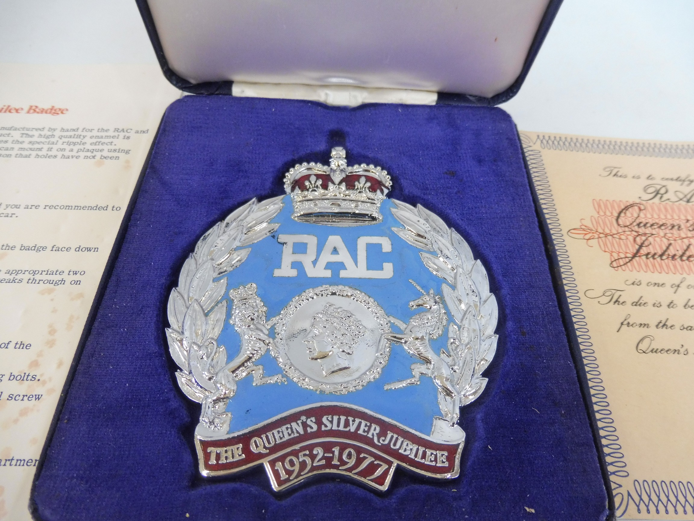 A cased RAC Queen's Silver Jubilee badge, only produced in 1977, no. 537/1,000, with certificate, - Image 2 of 4
