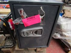 1x CL SAFE CS600D LARGE 1003 This lot is a Machine Mart product which is raw and completely