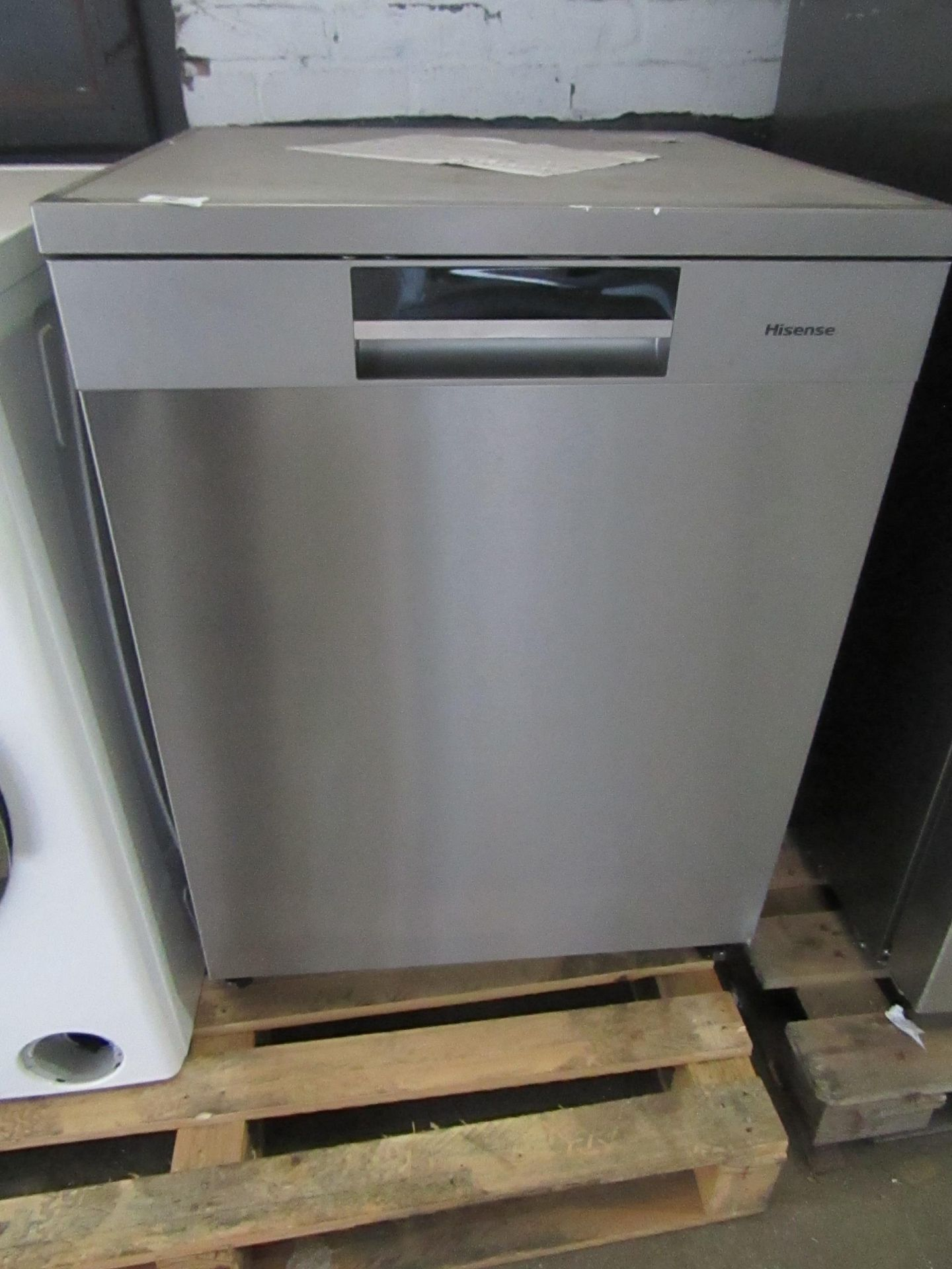Hisense HS661C60xUK Freestanding Dishwasher, powers on and looks fairly clean inside, the door