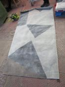   1X   UNKNOWN BRANDED RUG   125CM X 220CM   SEE PICTURE FOR DESIGN  