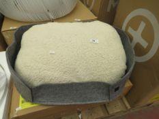  1X   MADE.COM HYKO MEDIUM FELT ROUND PET BED GREY   LOOKS UNUSED ( NO GUARANTEE )