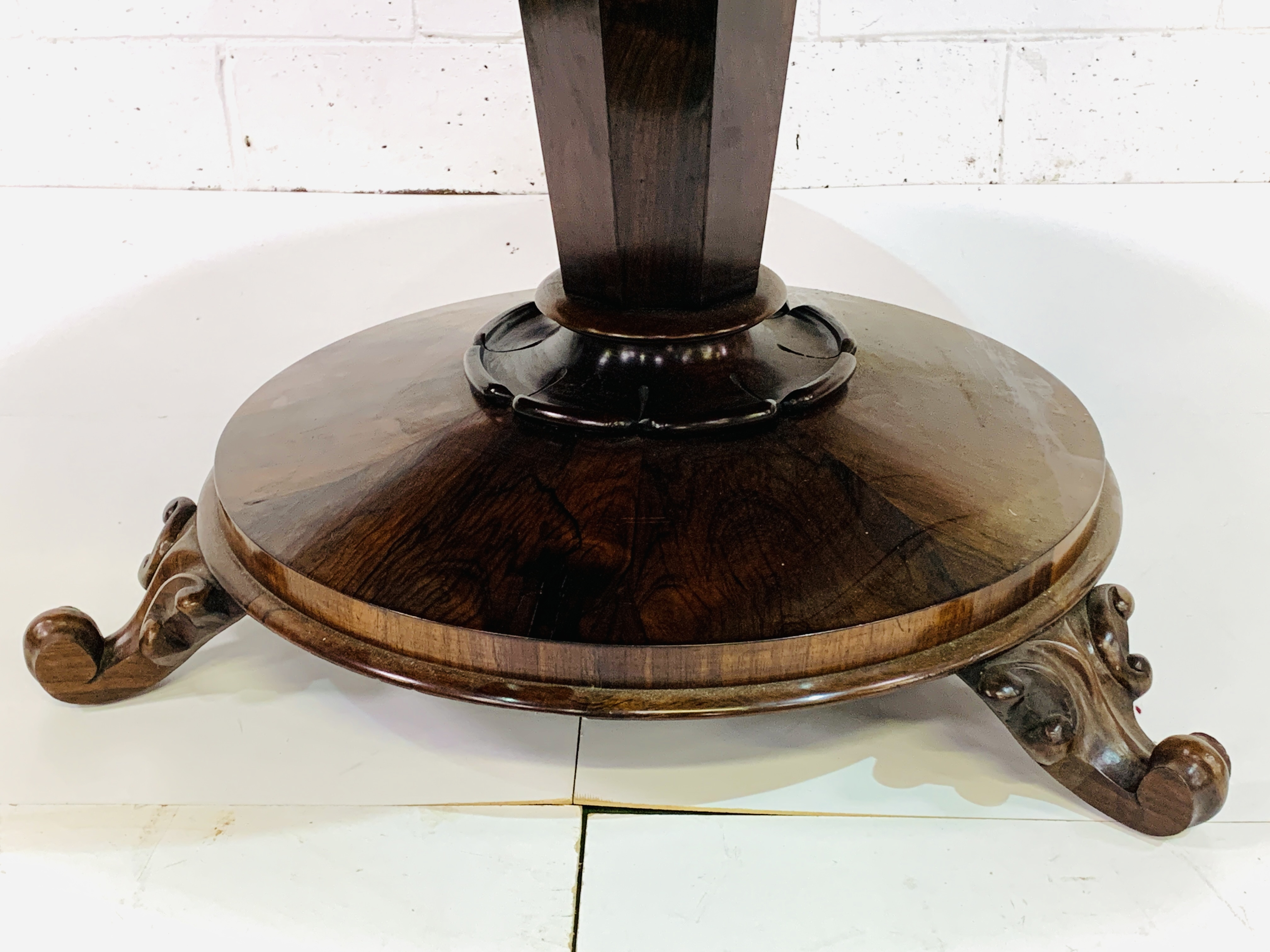 Victorian circular Rosewood tilt top table - Image 3 of 9
