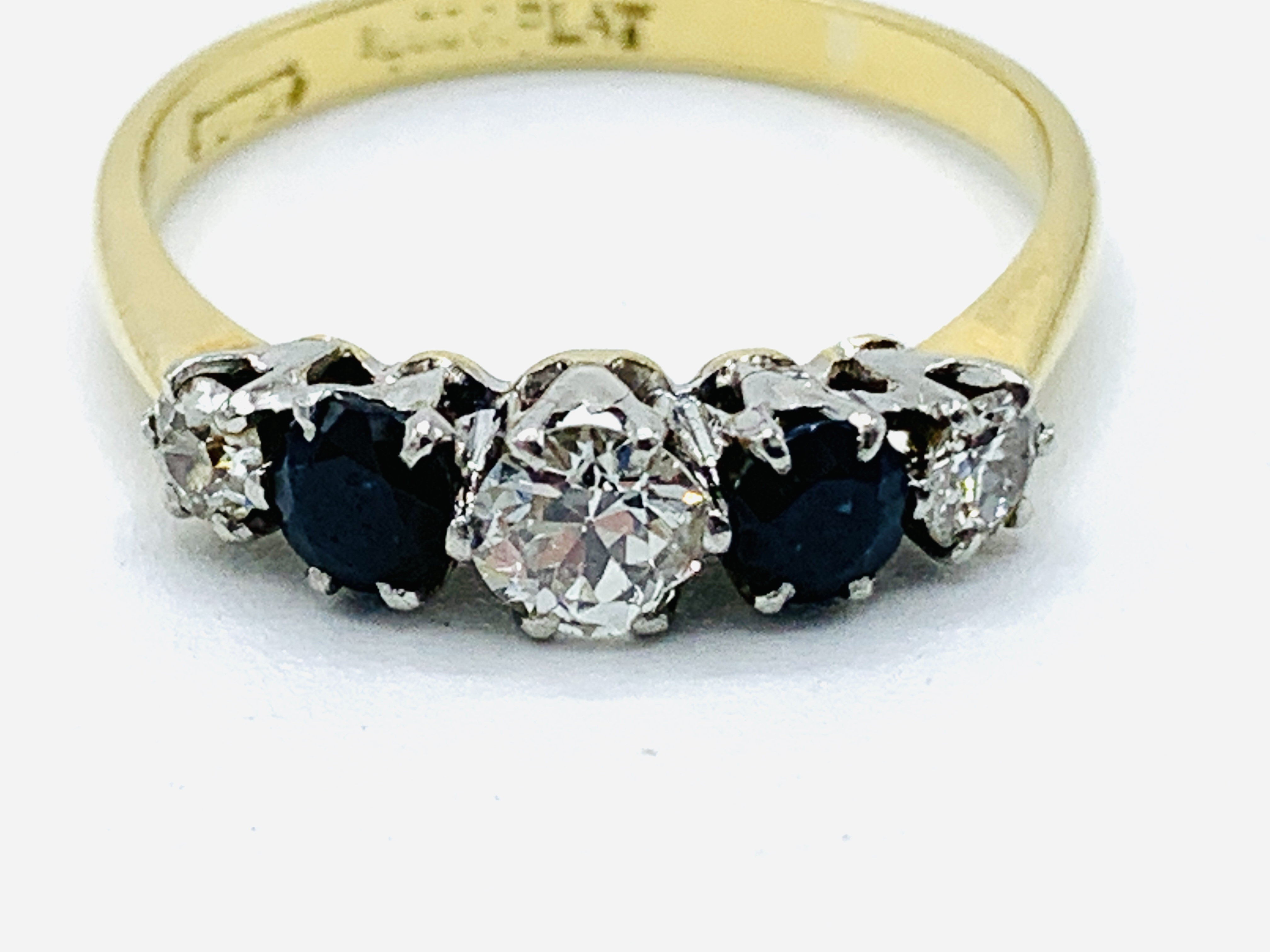 18ct gold and platinum claw set ring of 3 diamonds and 2 sapphires - Image 2 of 4