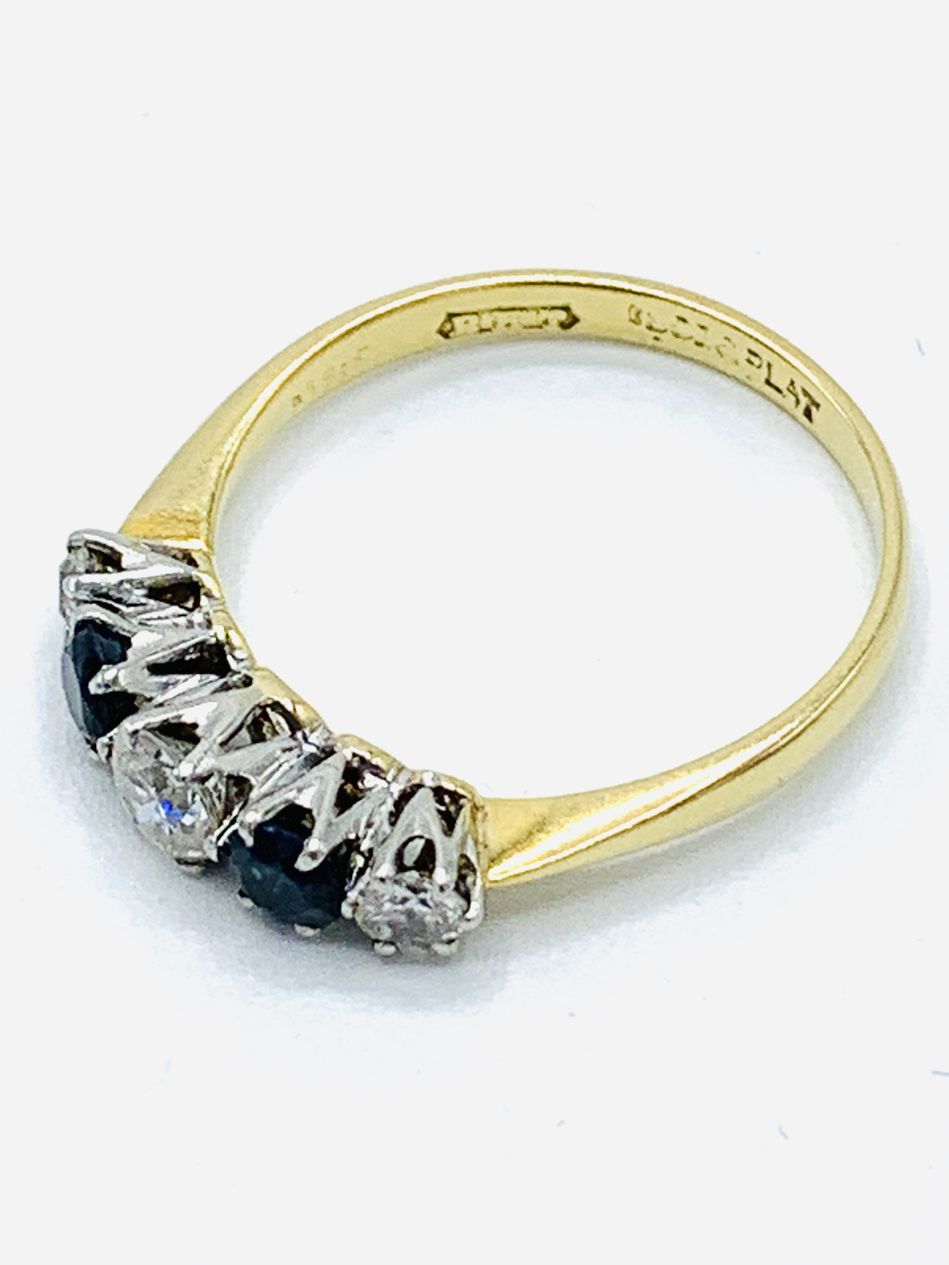 18ct gold and platinum claw set ring of 3 diamonds and 2 sapphires - Image 3 of 4