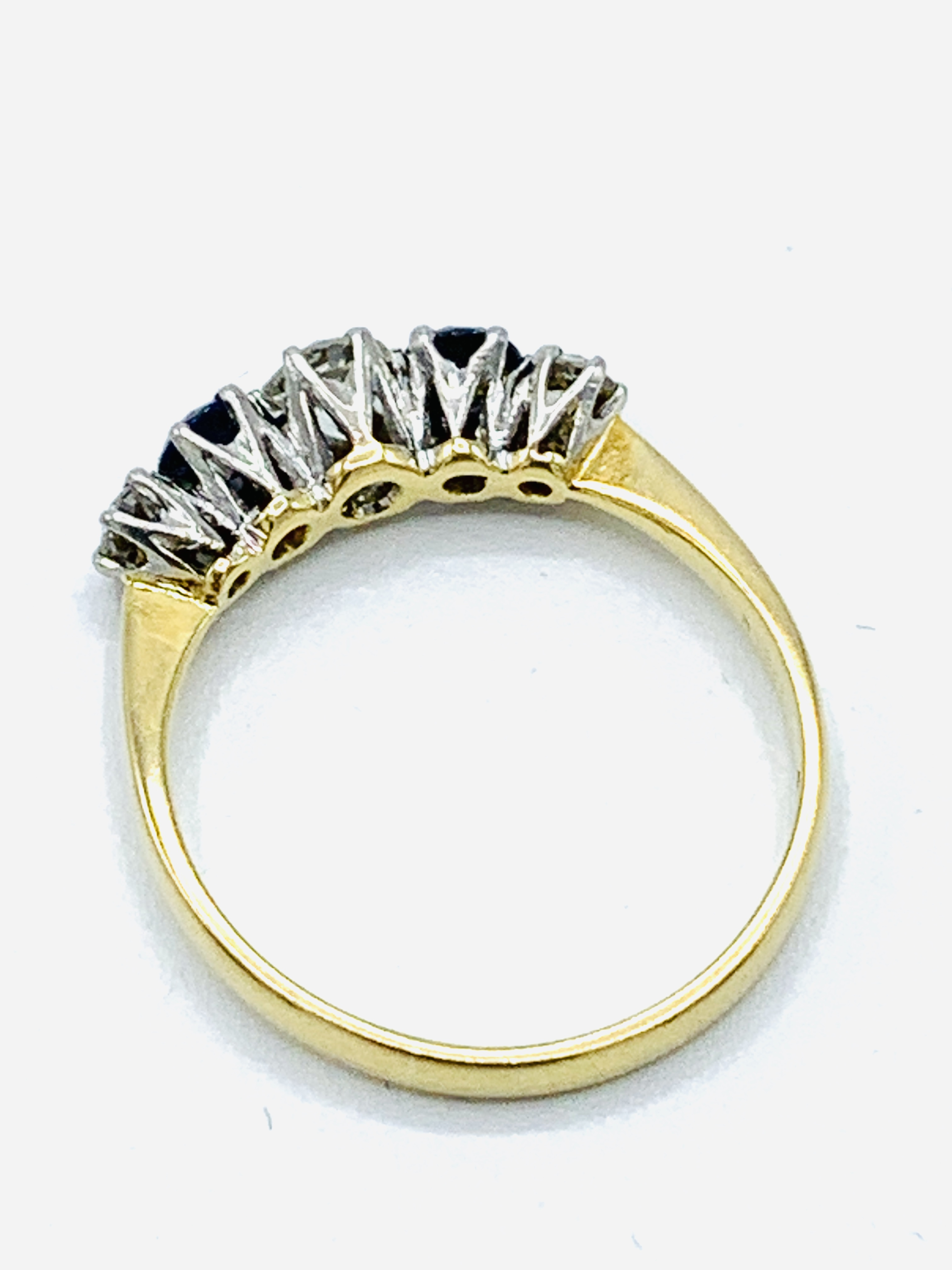 18ct gold and platinum claw set ring of 3 diamonds and 2 sapphires - Image 4 of 4