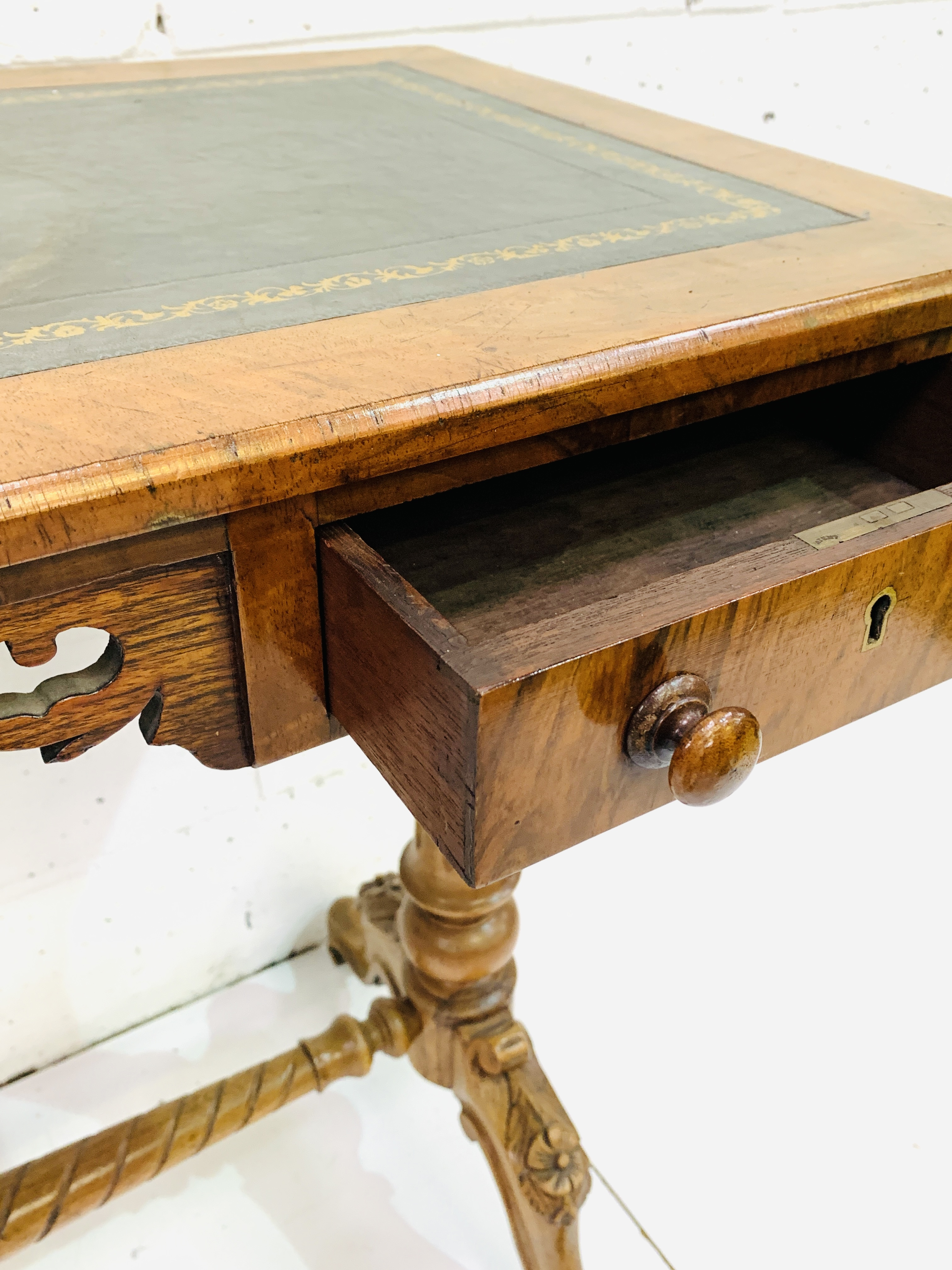 A mahogany writing table - Image 4 of 6