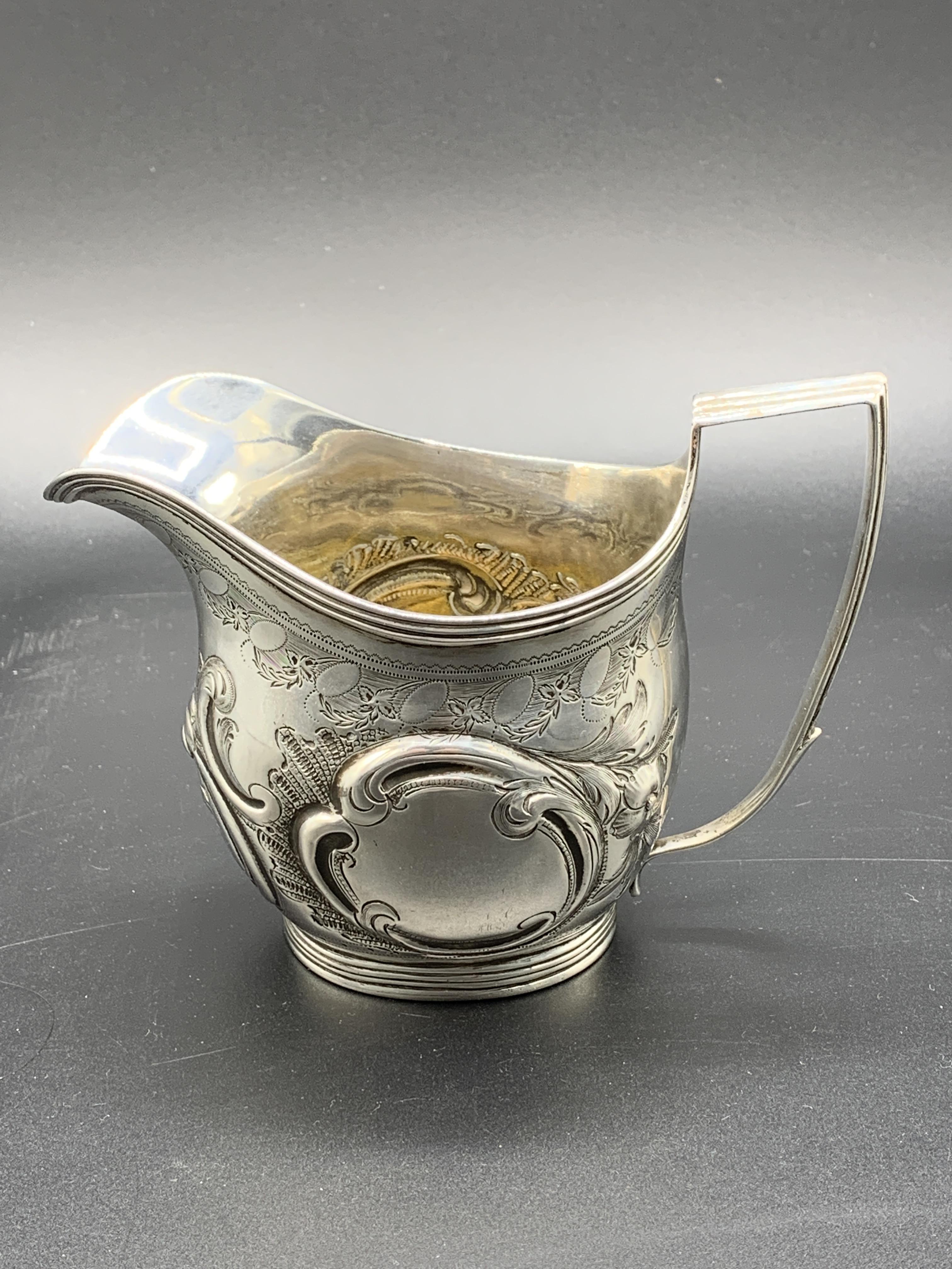A Georgian silver cream jug hallmarked London 1807 - Image 2 of 5