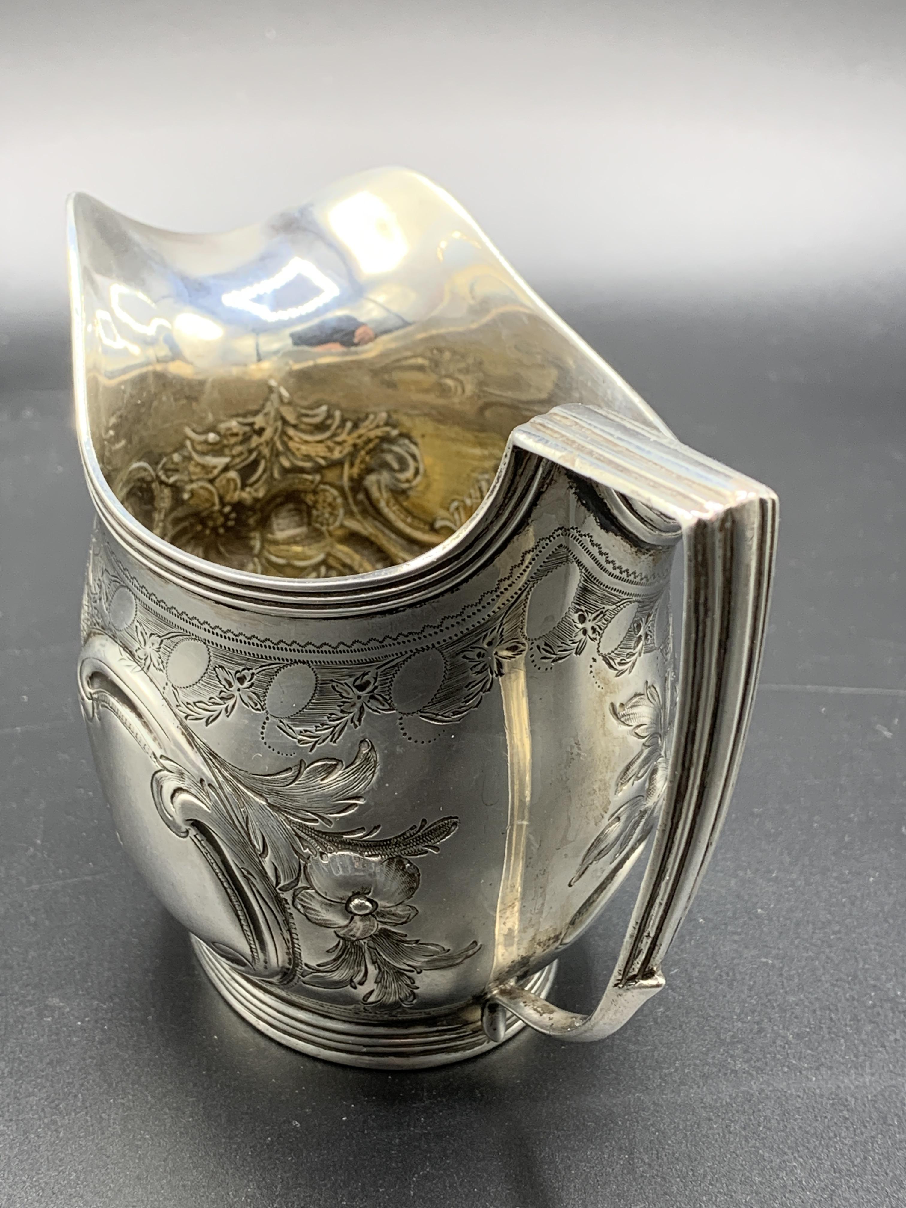 A Georgian silver cream jug hallmarked London 1807 - Image 4 of 5