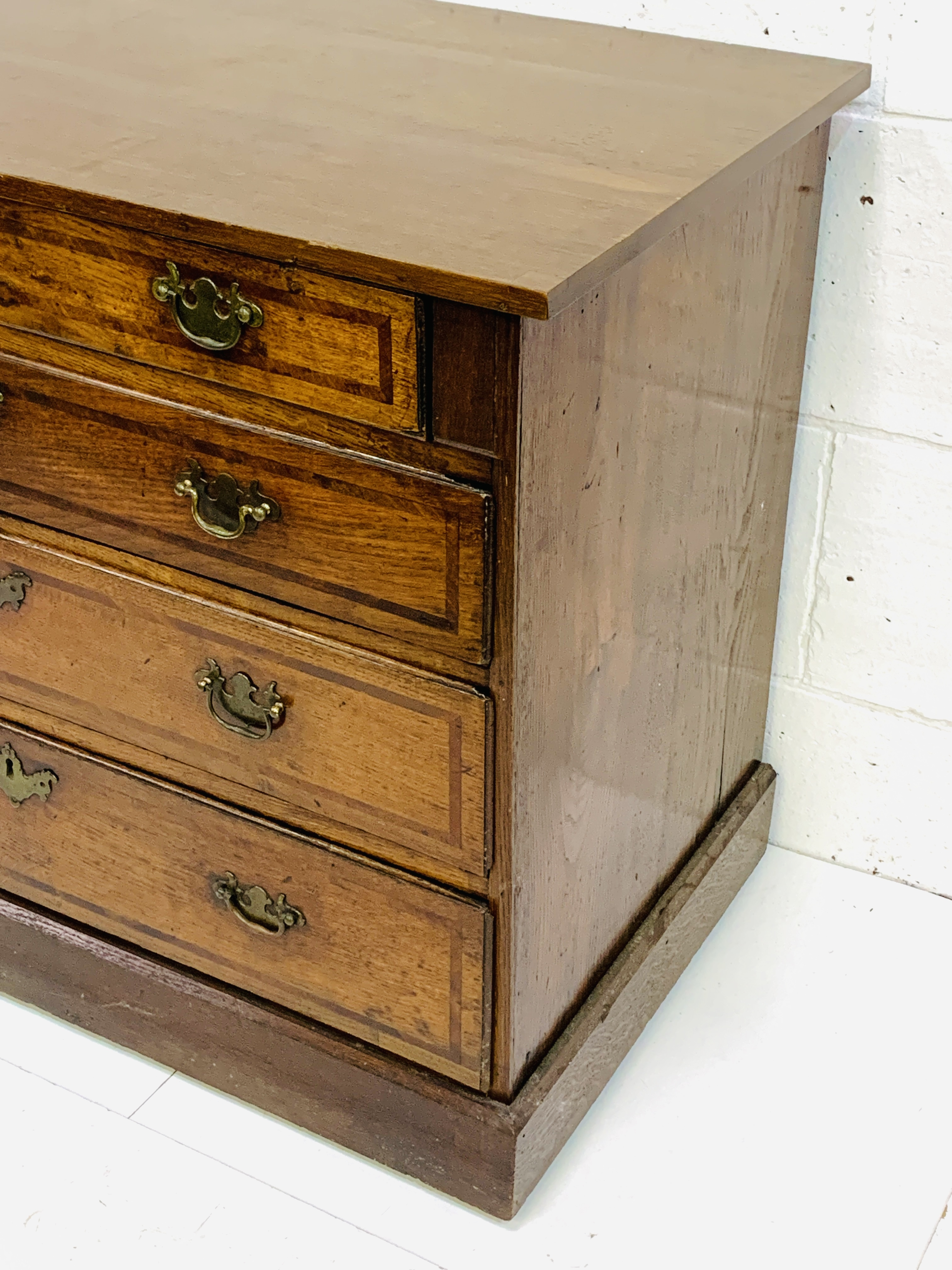 Mahogany chest of four graduated drawers - Image 2 of 5
