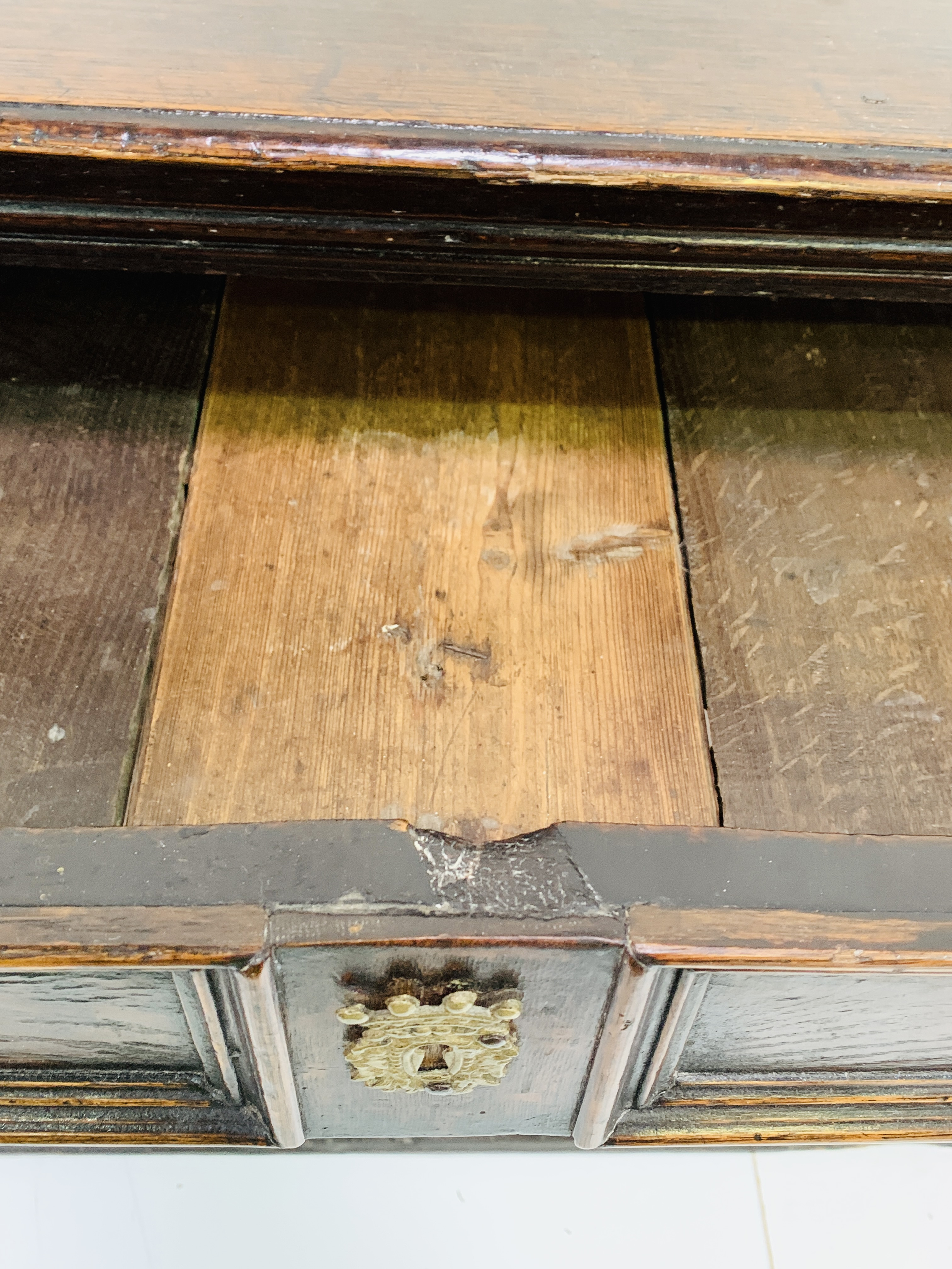 Early 18th Century oak chest of three drawers - Image 7 of 9