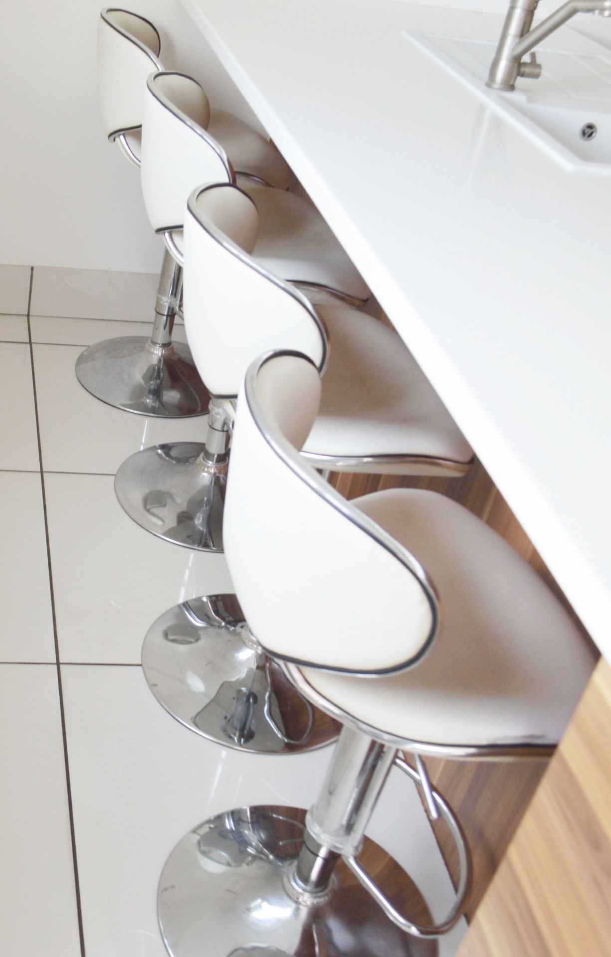 4 x Deluxe Modern White Bar Stools -CL685 - Location: Blackburn BB6 - NO VAT On Hammer This Lot - Image 3 of 4