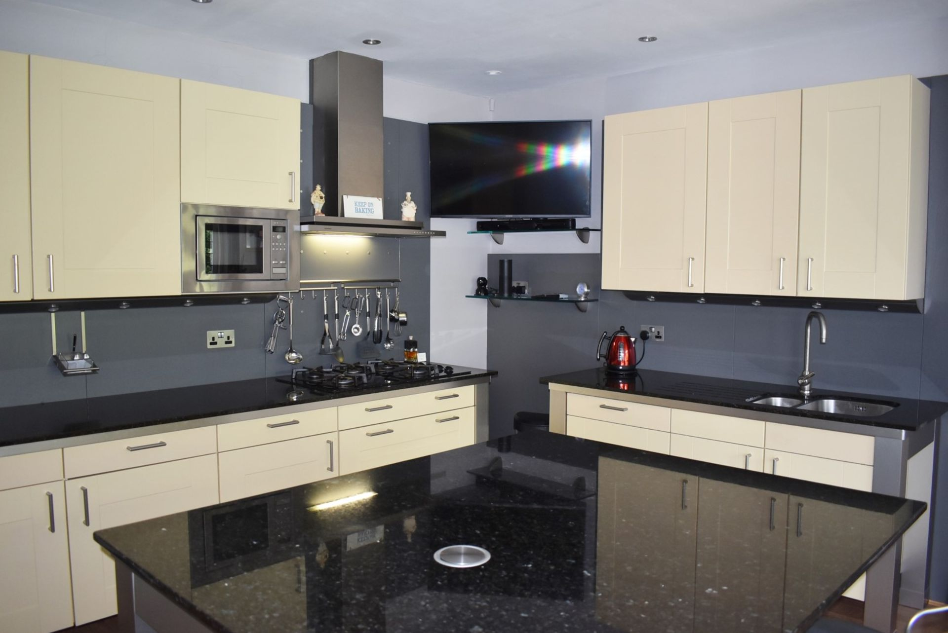 1 x SieMatic Contemporary Fitted Kitchen With Appliances - Features Shaker Style Doors, Central
