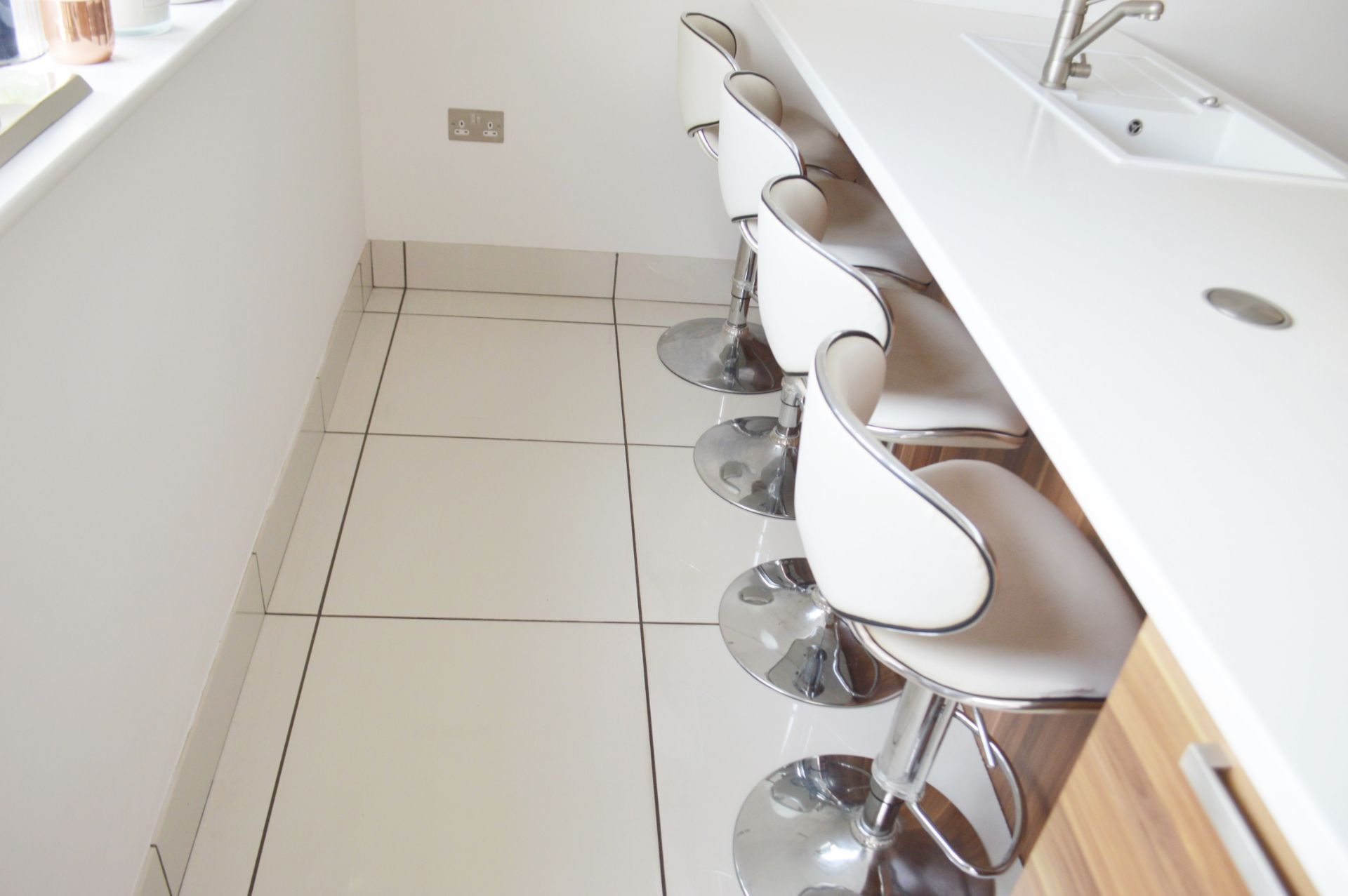 4 x Deluxe Modern White Bar Stools -CL685 - Location: Blackburn BB6 - NO VAT On Hammer This Lot - Image 2 of 4