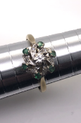 18ct yellow gold ring Set with 6 emeralds