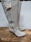 BOXED WOMENS SIZE 6 EEE FIT GREY HEALED BOOTS RRP £37.99Condition ReportAppraisal Available on