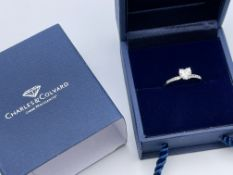 BOXED 9CT WHITE GOLD CHARLES AND COLVARD CREATED MOISSANITE HEART SHAPED STONE WITH STONES ON THE