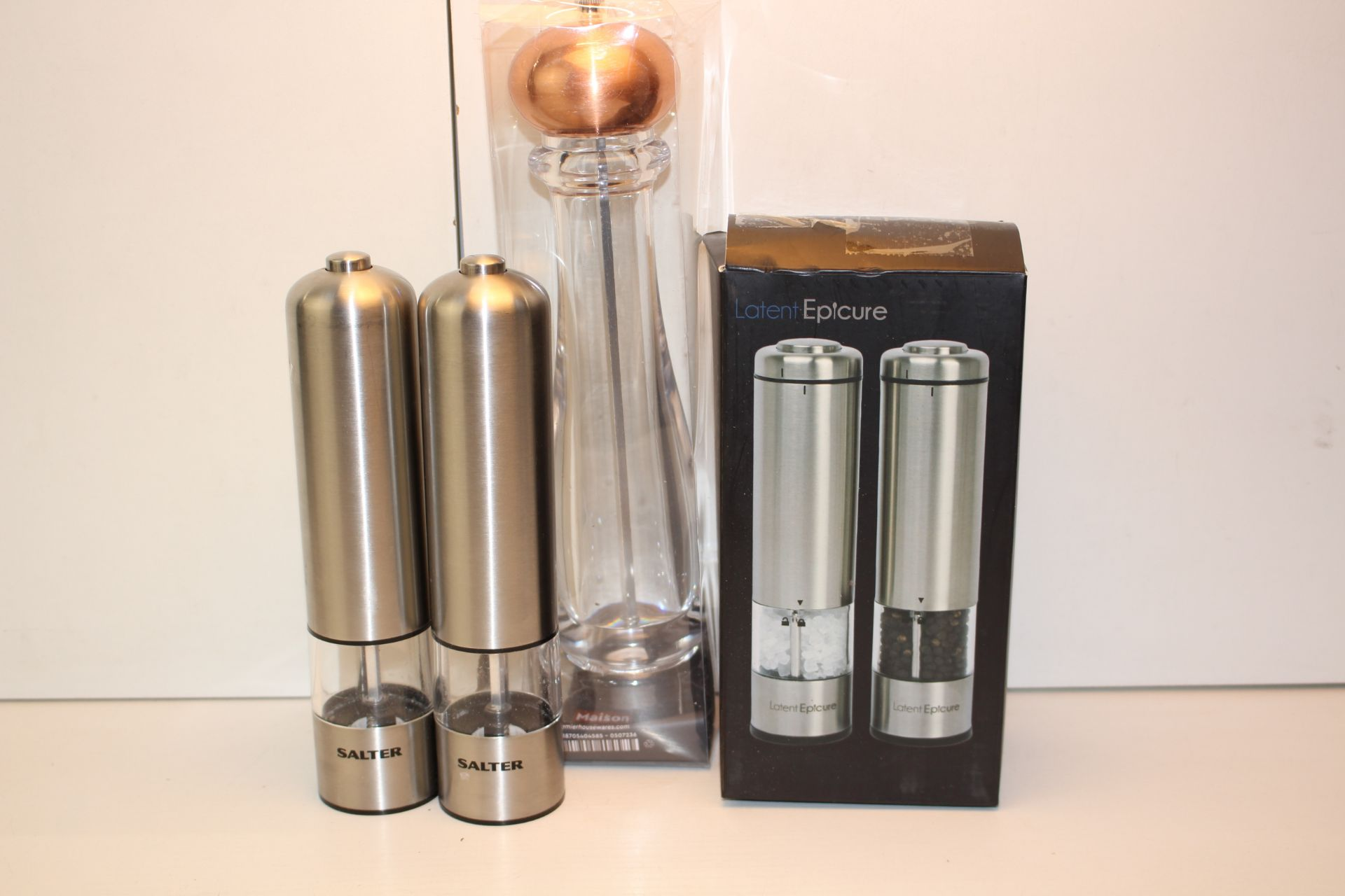 X3 KITCHEN ITEMS INCLUDING, SALT AND PEPPER MILLS AND LARGE PEPPER MILL, PLEASE SEE IMAGE AS A
