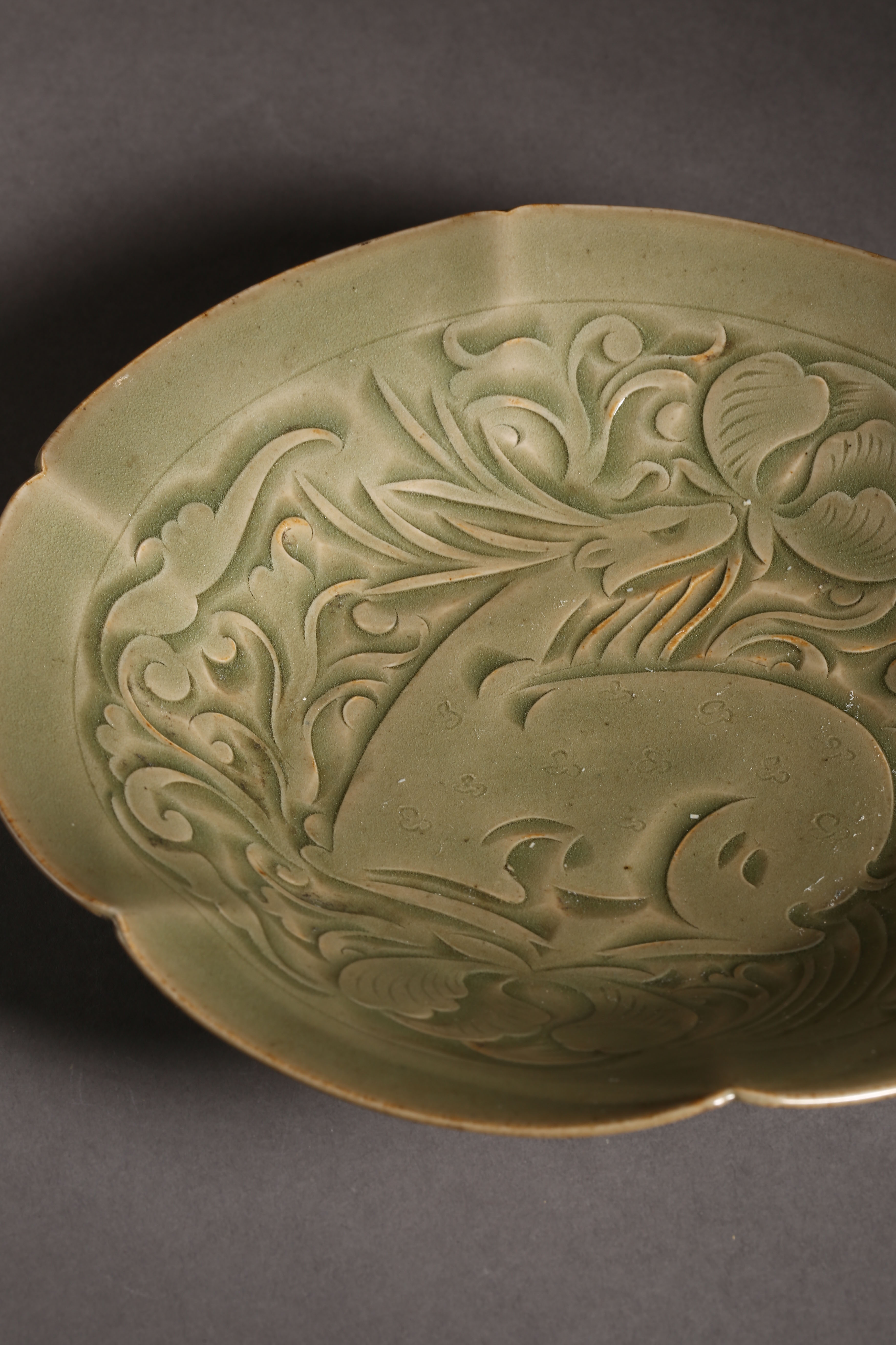 YAOZHOU KILN PLATE WITH RAFFITO DESIGN, NORTHERN SONG DYNASTY, CHINA - Image 5 of 9