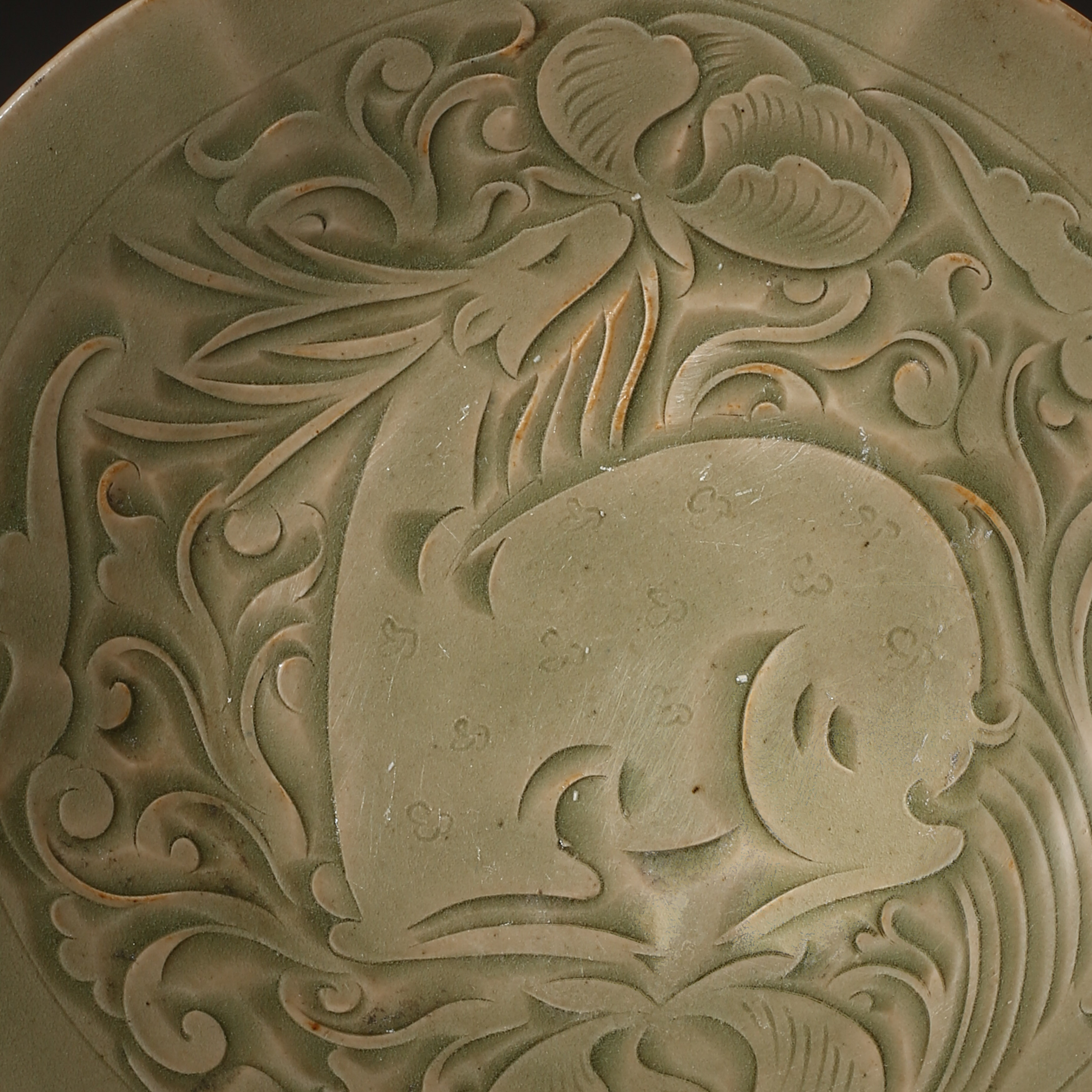 YAOZHOU KILN PLATE WITH RAFFITO DESIGN, NORTHERN SONG DYNASTY, CHINA - Image 2 of 9