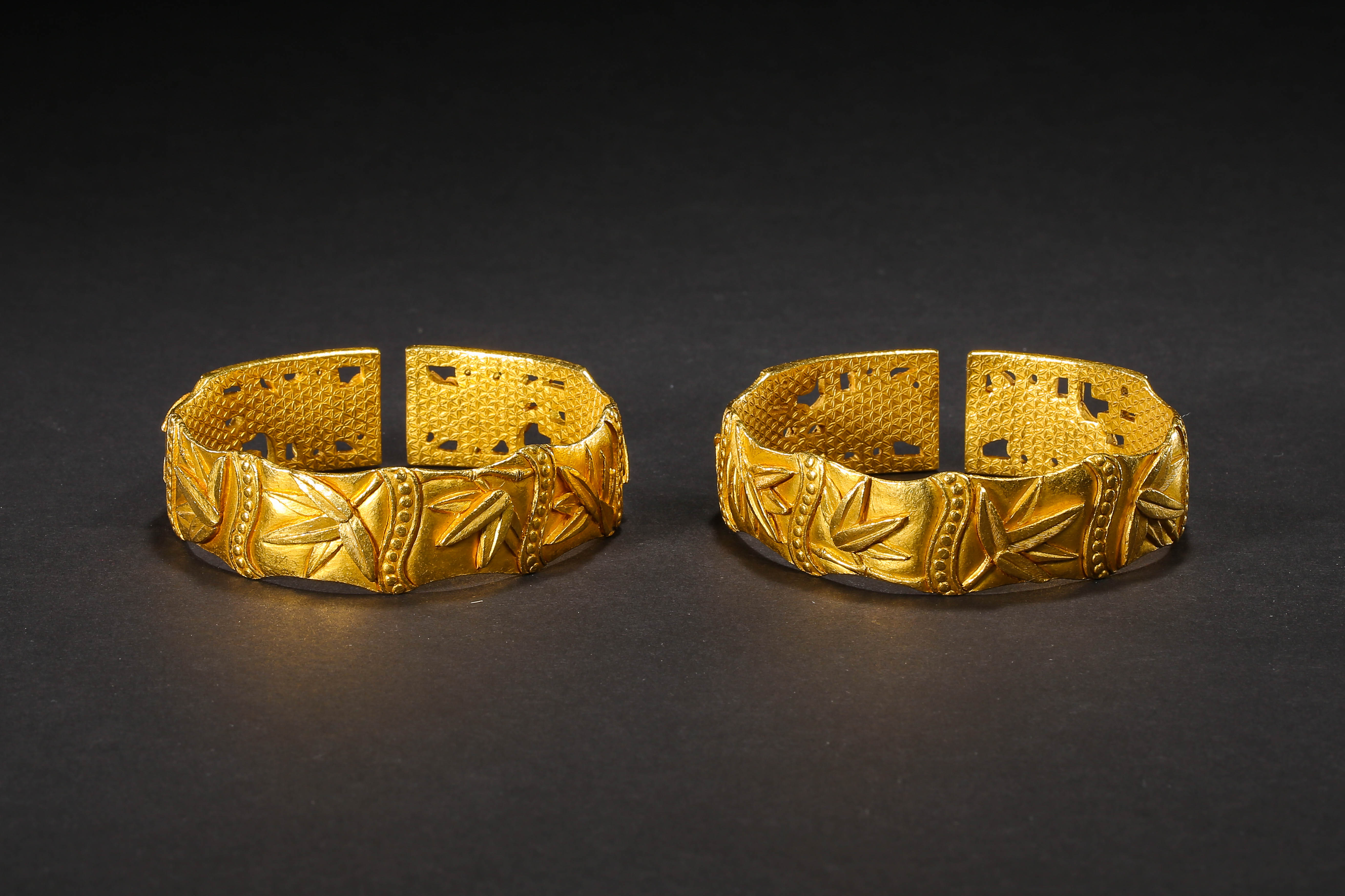 A PAIR OF PURE GOLD BRACELETS, QING DYNASTY, CHINA - Image 3 of 11
