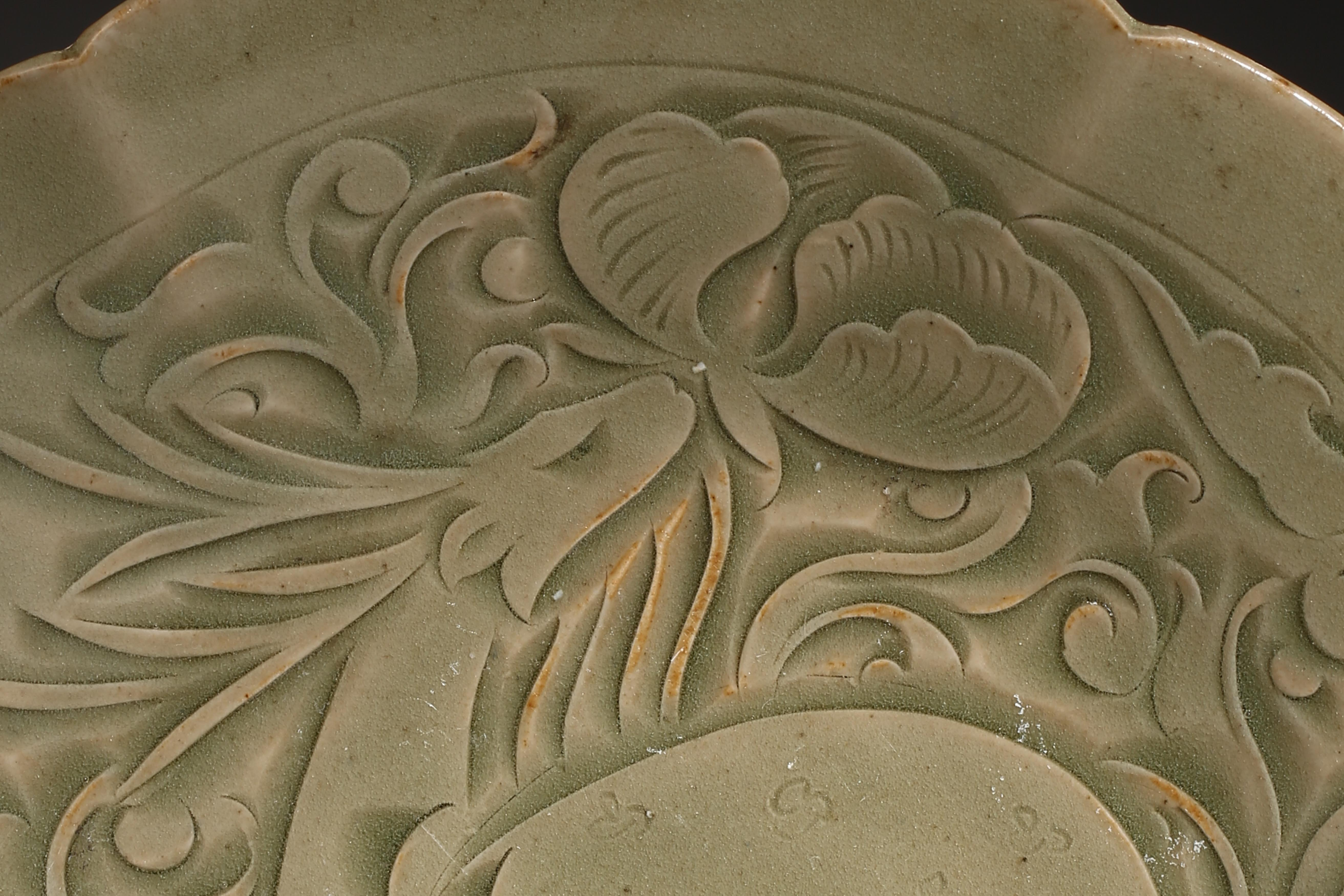 YAOZHOU KILN PLATE WITH RAFFITO DESIGN, NORTHERN SONG DYNASTY, CHINA - Image 4 of 9