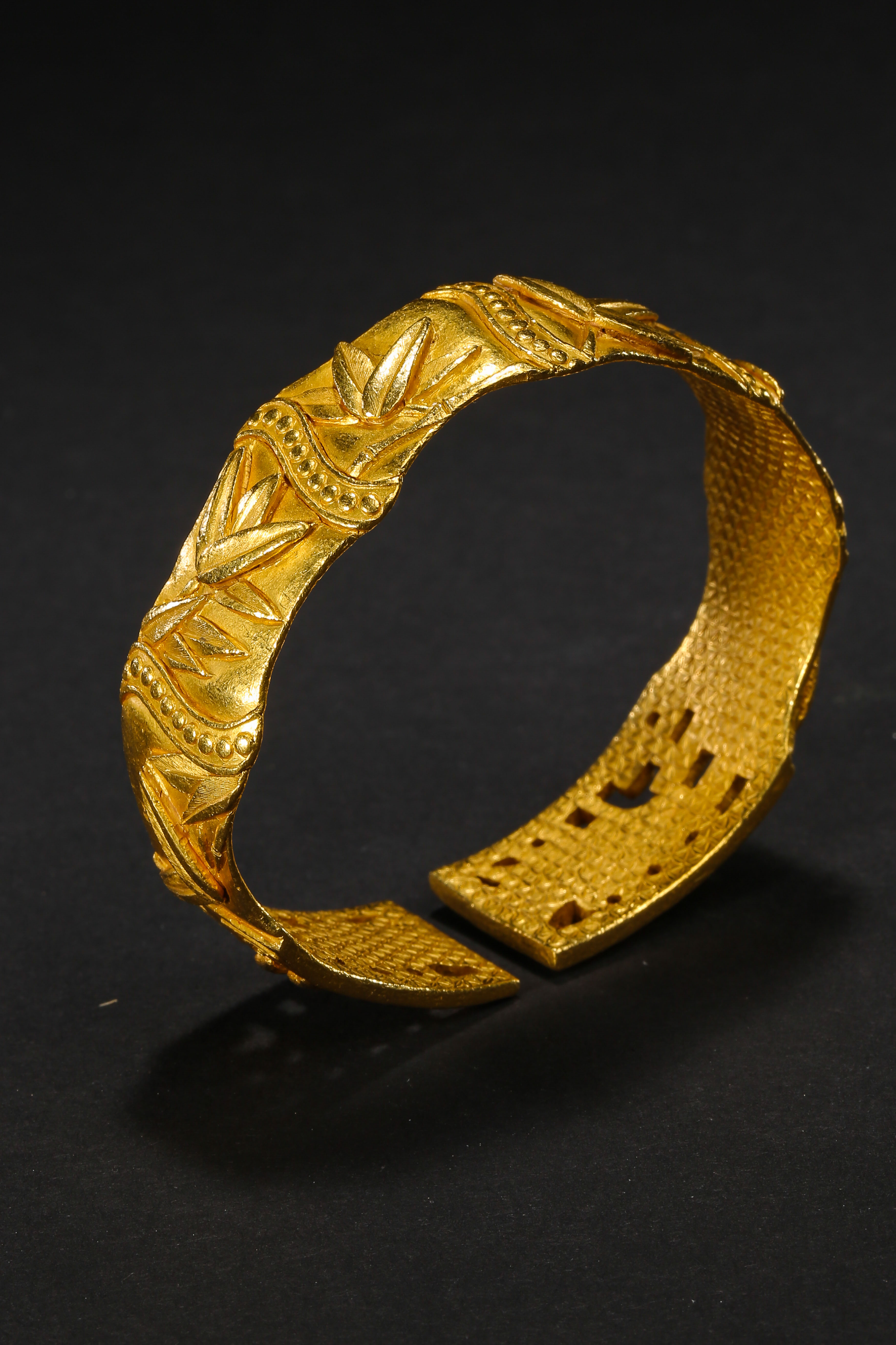A PAIR OF PURE GOLD BRACELETS, QING DYNASTY, CHINA - Image 4 of 11