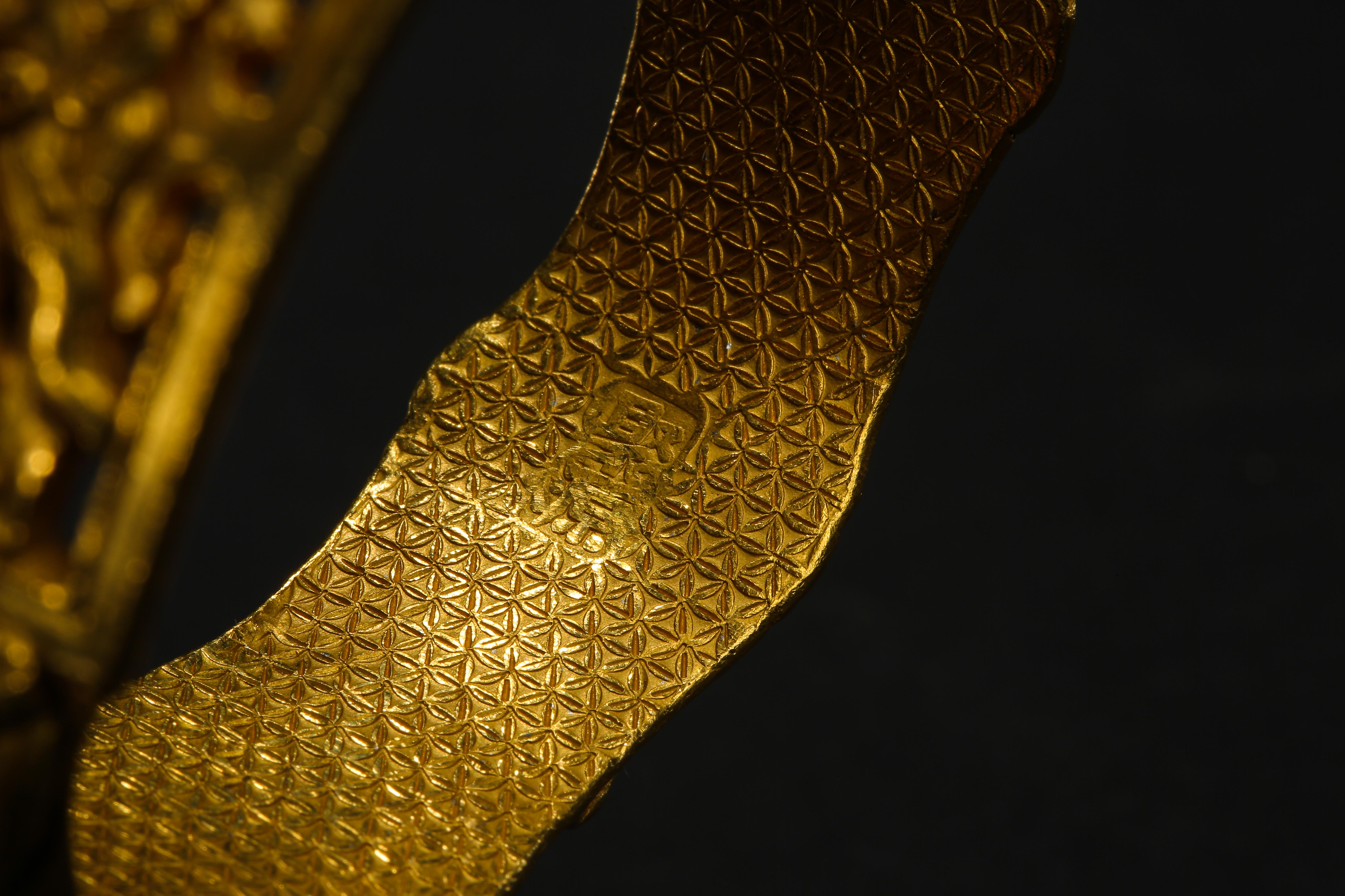 A PAIR OF PURE GOLD BRACELETS, QING DYNASTY, CHINA - Image 6 of 11