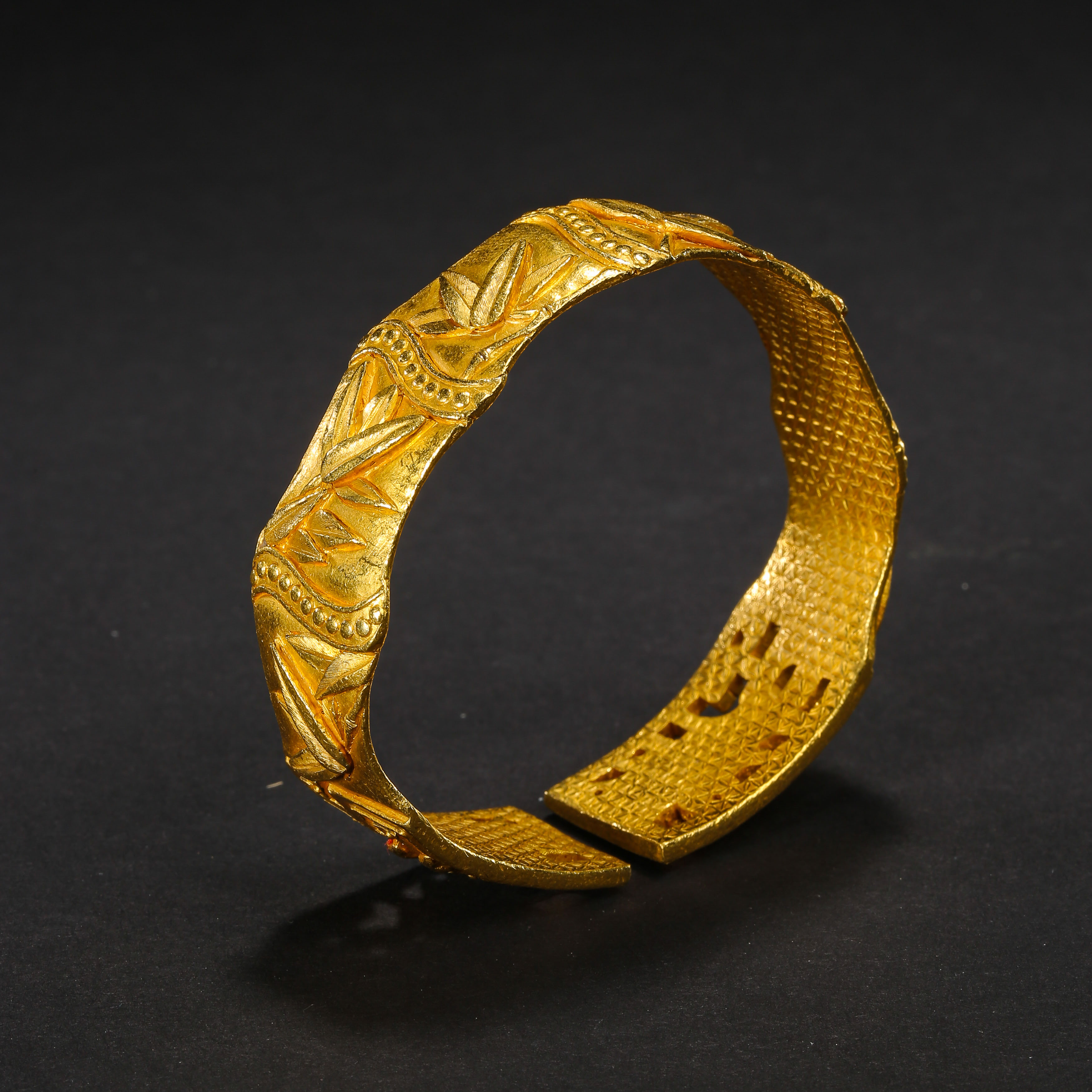 A PAIR OF PURE GOLD BRACELETS, QING DYNASTY, CHINA - Image 10 of 11