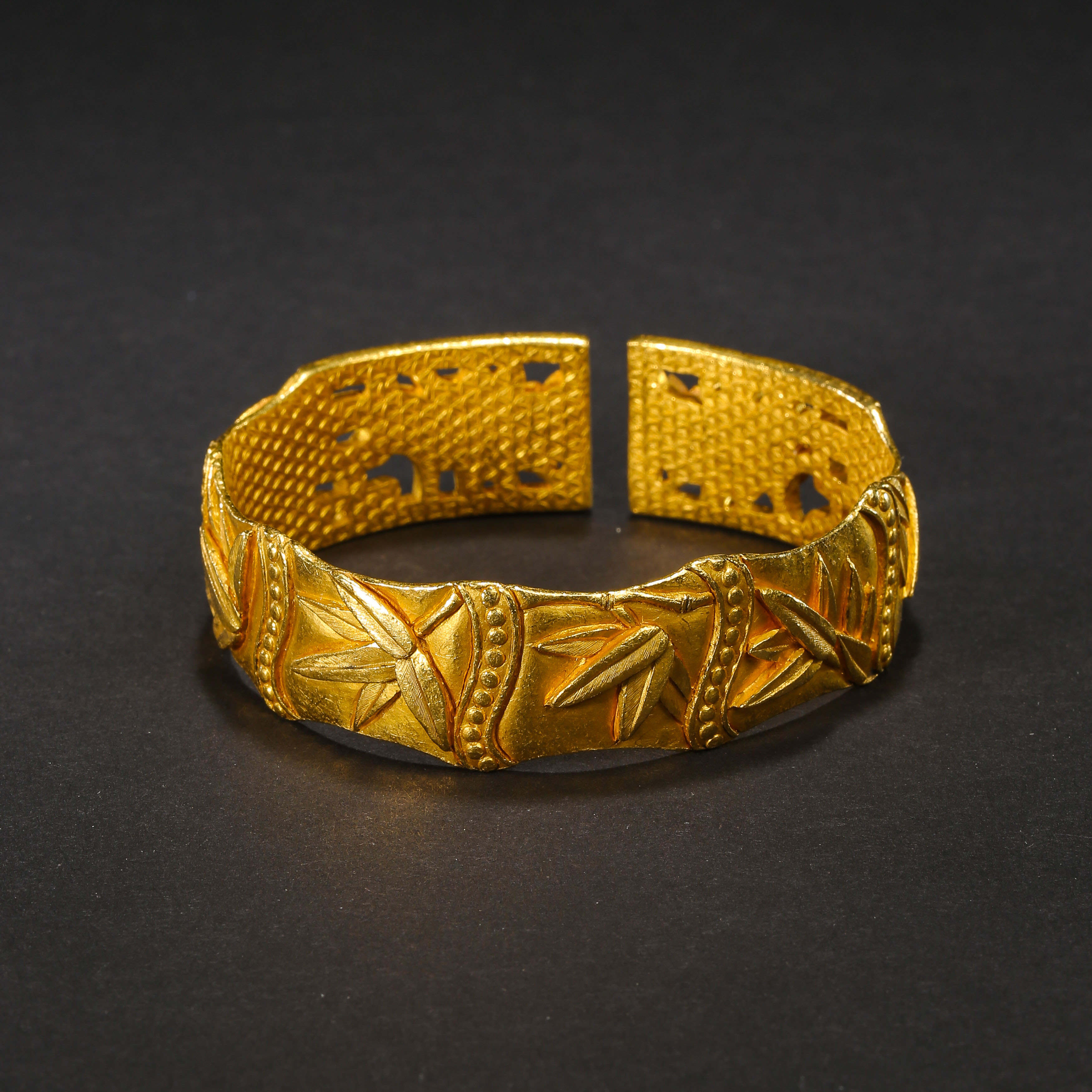 A PAIR OF PURE GOLD BRACELETS, QING DYNASTY, CHINA - Image 7 of 11